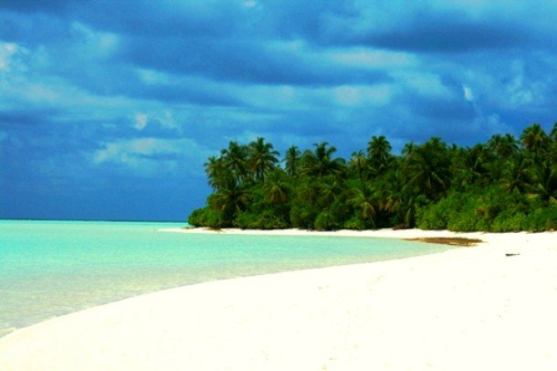 пляж с белым песком