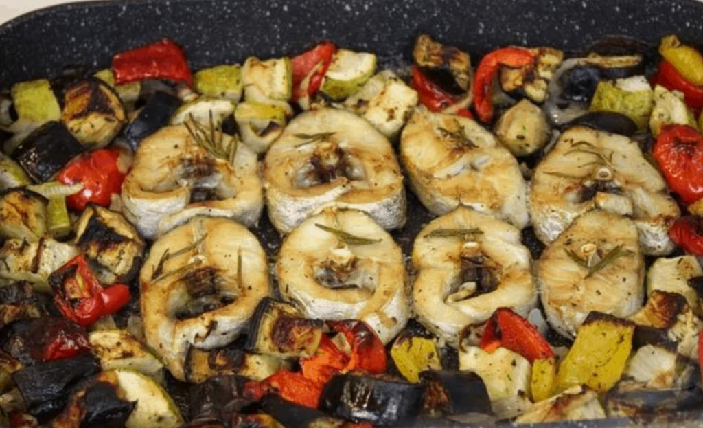 Стейки из судака с баклажаном, кабачком и болгарским перцем
