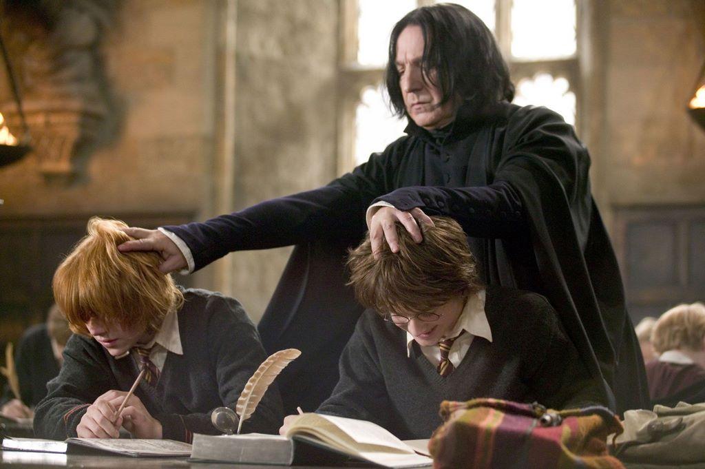 Гарри Поттер и Рон Уизли в классе