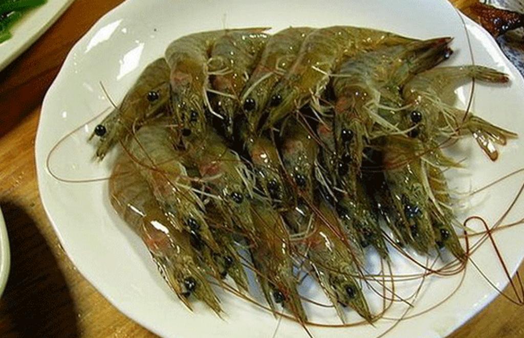 Китайские пьяные креветки едят в живом виде