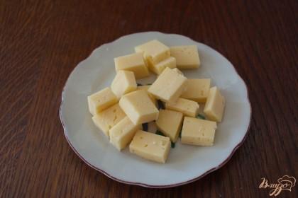 Сыр нарезать кубиком. Поскольку в канапе важно не только вкус, но и размер, старайтесь нарезать все продукты одинаковой формы.