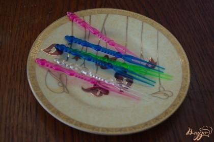 Для красоты восприятия, я беру пластиковые шпажки ярких цветов, но можно взять и деревянные. Такая форма шпажки наиболее удачнаяя. С нее канапе не падает.