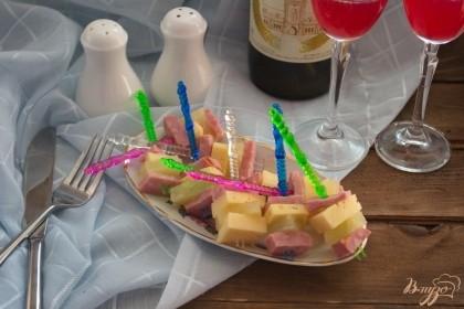 Готово! Сразу подайте к столу. Очень вкусные канапе с удачным сочитанием оттенков вкуса готовы.