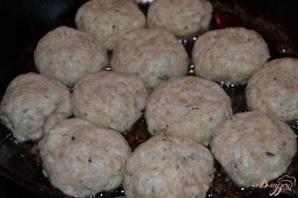 Руками формируем шарики и выкладываем на раскаленную сковороду с растительным маслом. Поджариваем слегка с одной стороны.