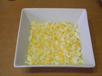 Выложить яица, посолить и смазать майонезом