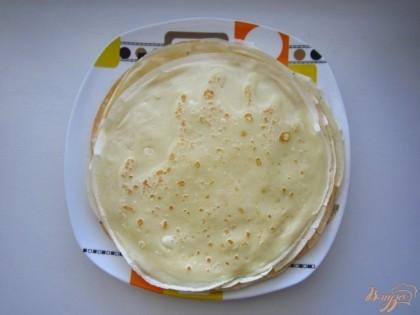 Возьмите половник и вылейте тесто на раскаленную сковороду с растительным маслом, жарьте блины приблизительно по одной минуты с каждой стороны. Смазывать сковороду растительным маслом нужно только один раз. Готовые блины смажьте сливочным маслом. Вы пожарите примерно 13-14 блинов.
