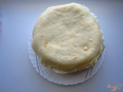 Переверните торт на блюдо и снимите пищевую пленку.