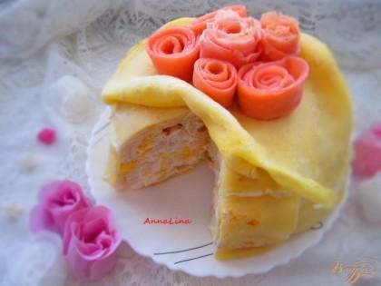 Готово! Украсить торт можно также блинами, а если добавить немного сока свеклы, у вас получится розовые блины, из них можно сделать розы. Розы делаются просто :вырезается с помощью крышки середина, берете вырезанный круг-края и заворачиваете в розу. Более подробно как сделать розы написано здесь http://vpuzo.com/vypechka/bliny/23116-blinnye-rozy.html Приятного аппетита!
