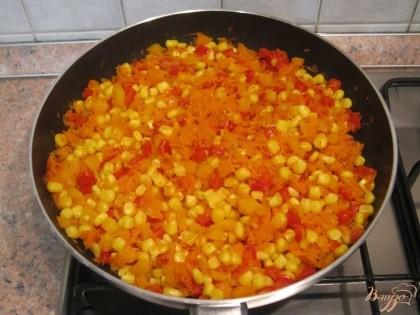 С кукурузы слить жидкость и добавить ее к овощам.