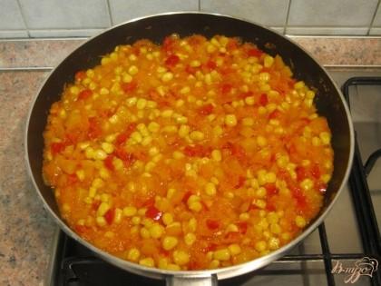 Влить в сковороду бульон, посолить и поперчить, хорошо перемешать. Сделать небольшой огонь, закрыть крышкой и тушить 15-20 минут.