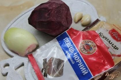 Подготавливаем ингредиенты для приготовления свеклы по - корейски.