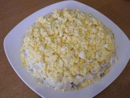 Яица выложить в тарелку, посолить, смазать майонезом