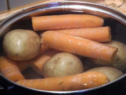Отварить свеклу, картошку и морковь