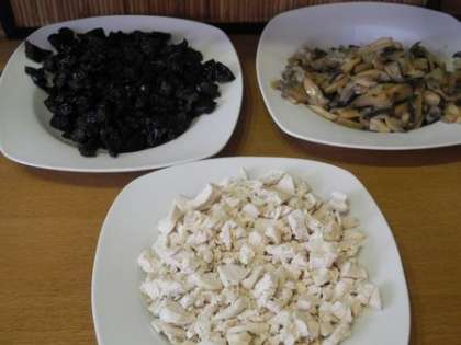 Мелко нарезать курицу и чернослив, выложить грибы с луком на тарелку