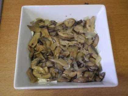 Выложить в салатницу грибы с луком и смазать майонезом
