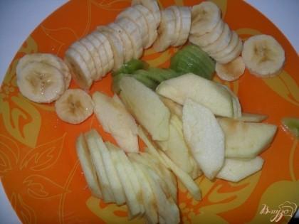 Нарезать яблоко, банан и киви.