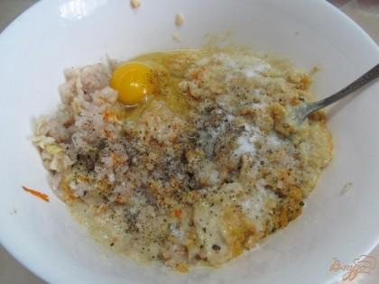 Через мясорубку пропустить рыбу, сало, жаренный лук с морковью и замоченный хлеб. Вбить яйцо, посолить, поперчить и тщательно перемешать.
