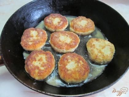 На разогретой сковороде с добавлением растительного масла пожарить котлеты. Первую сторону жарить на среднем огне, вторую на минимальном под крышкой.