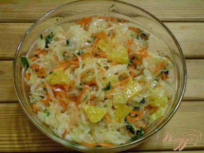 Готово! Перемешиваем и заправляем салат растительным маслом. Подаем к столу.