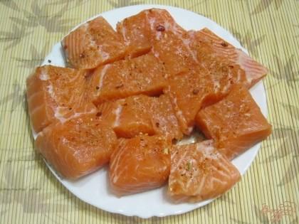 Филе нарезать порционными кусочками, посолить, посыпать пряностями для рыбы.