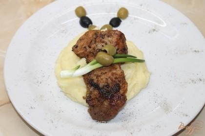 Готово! Украсить блюдо зеленым луком, а я еще  оливками и маслинами украсила, но это по желанию. Приятного аппетита.