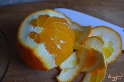 С апельсина срезать кожуру и вырезать дольки.Затем дольки порезать на мелкие кусочки.