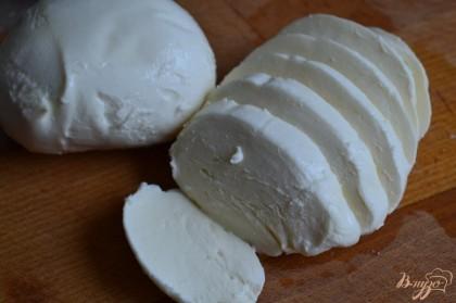 Сыр нарезать на тонкие ломтики и уложить на салат.Полить бальзамическим соусом.
