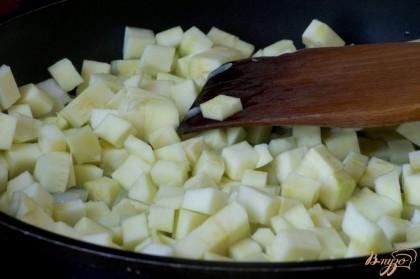 Добавьте к луку кабачки, обжарьте немного все вместе.