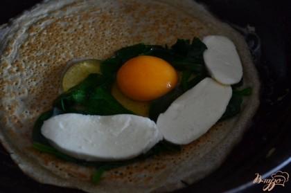 Выбить яйцо и немного посолить.