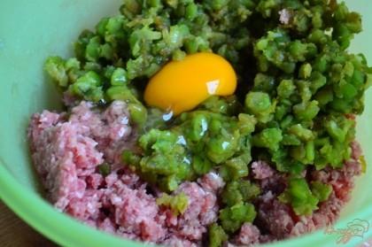 В миске смешать говяжий фарш, смесь из лука с горохом и яйцо.