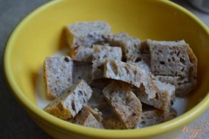 Кусочки серого хлеба замочить в теплом молоке до размягчения.