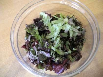 Салат нарезать и сложить в салатницу
