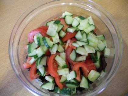 Огурцы мелко нарезать и добавить в салатницу