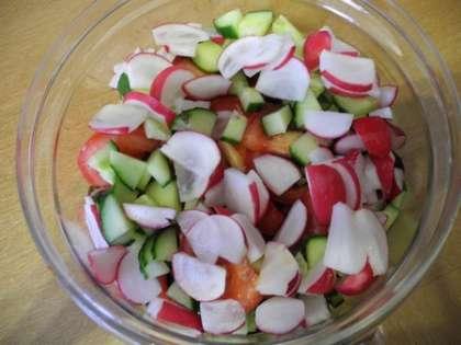 Редис мелко нарезать и добавить в салатницу