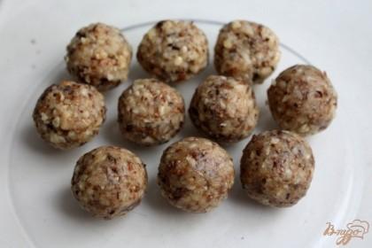Ореховую пасту тщательно перемешиваем и формируем шарики.