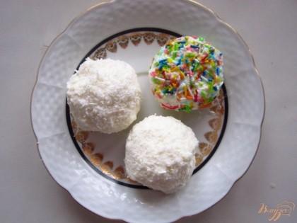 Обмакиваем наши конфетки в кокосовой стружке или любой другой посыпке.