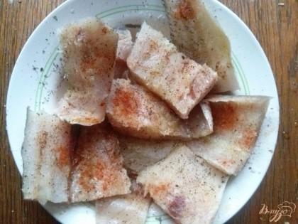 Кусочки рыбы положить в миску и смазать оливковым маслом, приправить солью, базиликом, паприкой и отложить  на 10 минут.