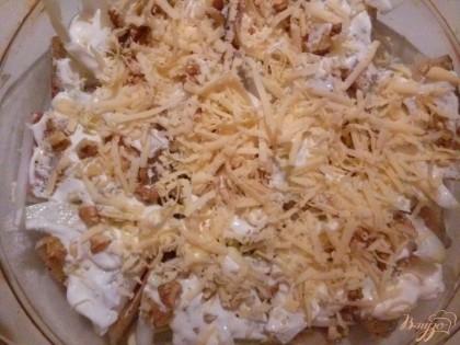 Натрите сыр на большой терке и посыпьте сверху рыбы. Поставьте в духовку на 20 минут при температуре 200С.