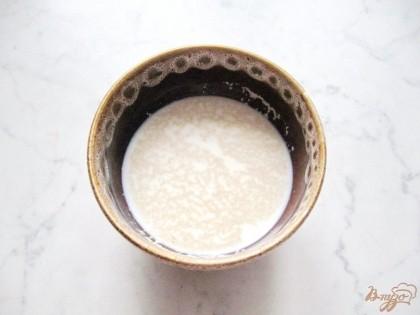 В теплое молоко насыпаем сухие дрожжи и столовую ложку сахара. Даем постоять 15 минут пока дрожжи не вспенятся.