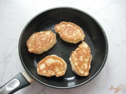 На горячуюю сковороду наливаем масло. Столовой ложкой набираем тесто и кладем на сковороду.