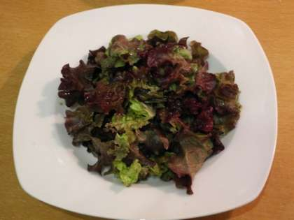 Порвать листья салата в глубокую тарелку
