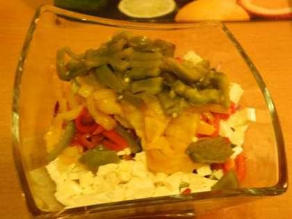 Перцы очистить, вынуть семечки и нарезать в салатницу