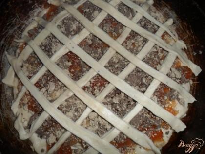 Полосками сделать на пироге решеточку ( это для красоты).