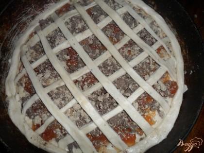 Положить жгутик по краю пирога.