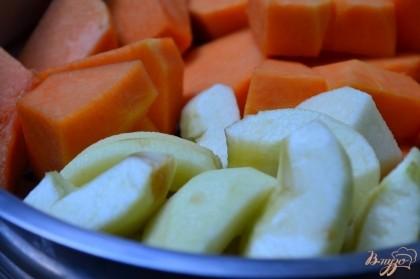 Тыкву и яблоки почистить от кожуры и нарезать на кусочки.Приготовить на пару до размягчения. Пюре удобно приготовить еще до того, как вы начали готовить основное блюдо.