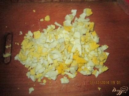 Яйца отварить до готовности, остудить, почистить и нарезать кубиками.