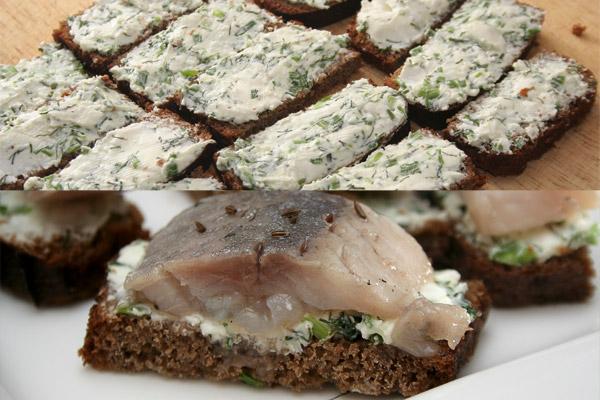 Намазать сырной массой хлеб и положить сверху нарезанные кусочки филе слабосоленой сельди. Присыпать сверху семенами кориандра или тмина (по вкусу).