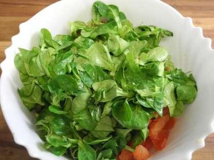 Листья салата тщательно промыть, немного измельчить и добавить в салатницу