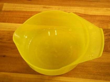Из лимона выжать сок, удалить косточки и добавить в салатницу
