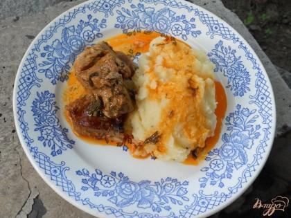 Готово! Подавать картофель можно с гуляшом, овощами или зеленым горошком. Приятного аппетита!